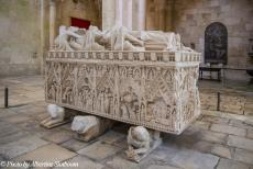 Portugal - Classic Car Road Trip Portugal: The tomb of Inês de Castro, the sculptures depict scenes of her tragic life. Inês was the...